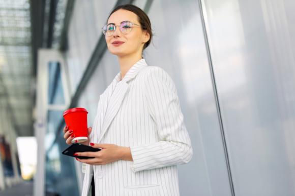 Jesienna moda biurowa – jak ubrać się modnie i nie przepłacić?